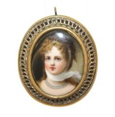 Брошь с женским портретом